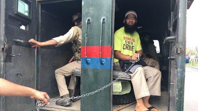 Journalist Aasif Sultan inside a J&K police | @CPJAsia/Twitter