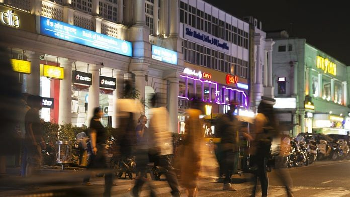 Pedestrians cross a road at Connaught Place in New Delhi (representational image) | Ruhani Kaur/Bloomberg