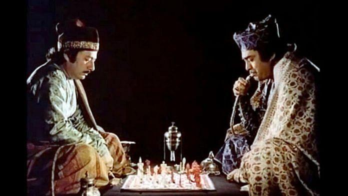 Los jugadores de ajedrez, dirigida por Satyajit Ray