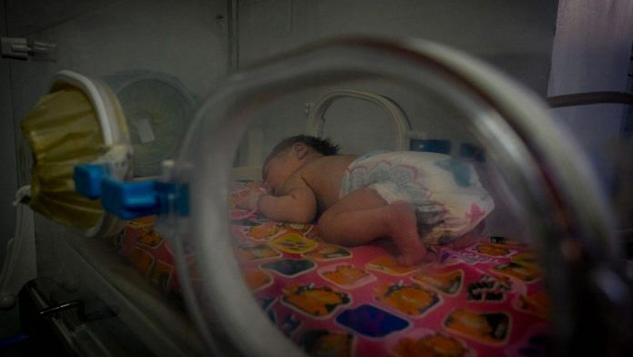 A newborn baby in an incubator (Representational image) | Photo: Adriana Loureiro Fernandez | Bloomberg
