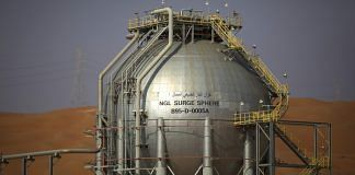 A storage tank containing liquid gas stands at the Natural Gas Liquids (NGL) facility in Saudi Aramco's Shaybah oilfield in the Rub' Al-Khali desert. | Photographer: Simon Dawson | Bloomberg