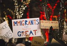 People in the US carry placards calling for pro-immigration policies | Photo: Pixel