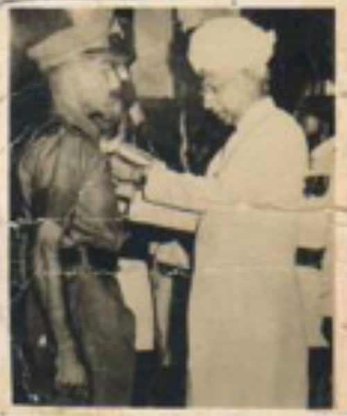 Major PN Bhatia being awarded Vir Chakra by Dr S Radhakrishnan | Photo: By special arrangement