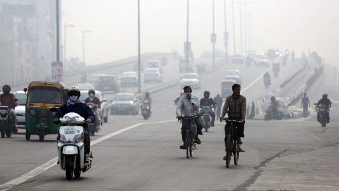 Traffic in Delhi as a thick smog envelopes the city | Photo: Suraj Singh Bisht | ThePrint