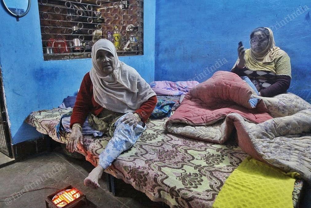 Razia Khatoon talking about her injuries at her Daulatganj home. | Photo: Praveen Jain/ThePrint