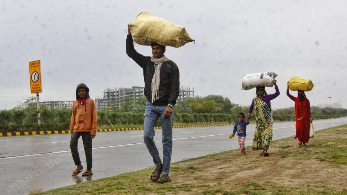 A family from Jhansi leaving Delhi-NCR with their ration, clothes and household items