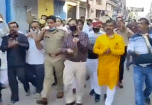 Video of DM Vaibhav Srivastava and SP Abhishek Dikshit ringing bells and clanging steel plates | Screengrab