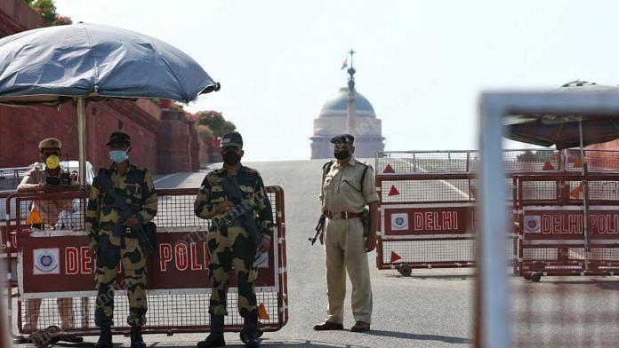 Delhi Police at a checkpoint during Janata curfew | Suraj Singh Bisht | ThePrint