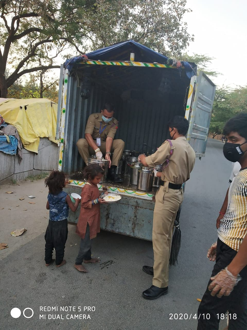 The NCC cadets distributing food in South Delhi   Photo: NCC