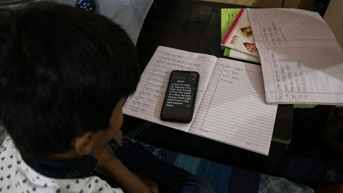 A Delhi school student studies online via WhatsApp | Manisha Mondal | ThePrint