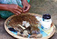 A woman rolls beedis | Wikimedia Commons
