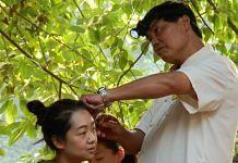 Ear cleaning in Chengdu | Source: Shivaji Das/Konark Publishers
