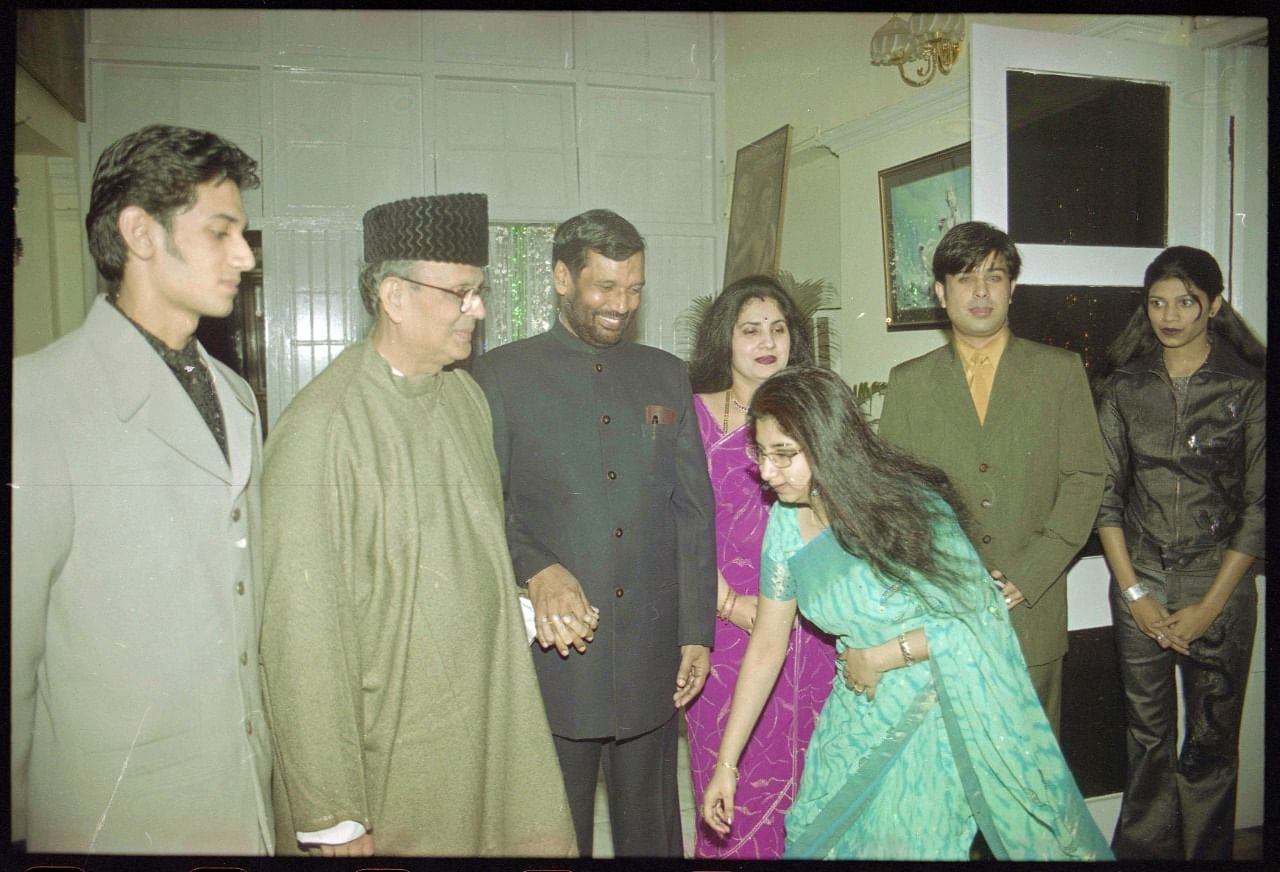 From left to right: Chirag Paswan, former PM V.P.Singh, Ram Vilas Paswan, Reena Paswan and daughter Asha Paswan touching feet of father Ram Vilas Paswan at a party | Photo: Praveen Jain