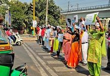"""AAP MLA Raghav Chadha and volunteers at an intersection in New Delhi during """"Red Light On, Engine Off"""" campaign on 19 October"""