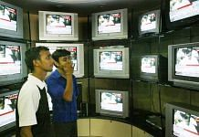 People watch TV at a store in New Delhi (representational image) | Amit Bhargava| Bloomberg