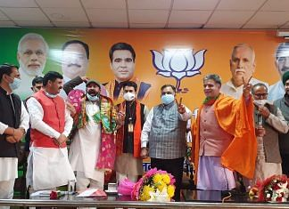BJP general secretary Tarun Chugh (fifth from the right) with other party leaders | Twitter: @tarunchughbjp