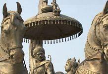 A statue of Arjuna and Krishna before the Kurukshetra war, in Haryana | Wikimedia Commons