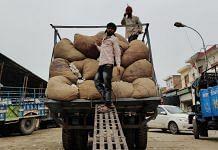 Representational image of workers unloading produce at a mandi | Photo: Urjita Bhardwaj | ThePrint