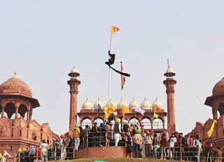 Farmers hoisting flags from the Red Fort rampart | Photo: Manisha Mondal | ThePrint