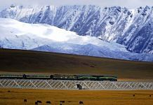 A train pulled by an NJ2 locomotive travels on the Qinghai–Tibet railway in 2008 | Wikimedia Commons
