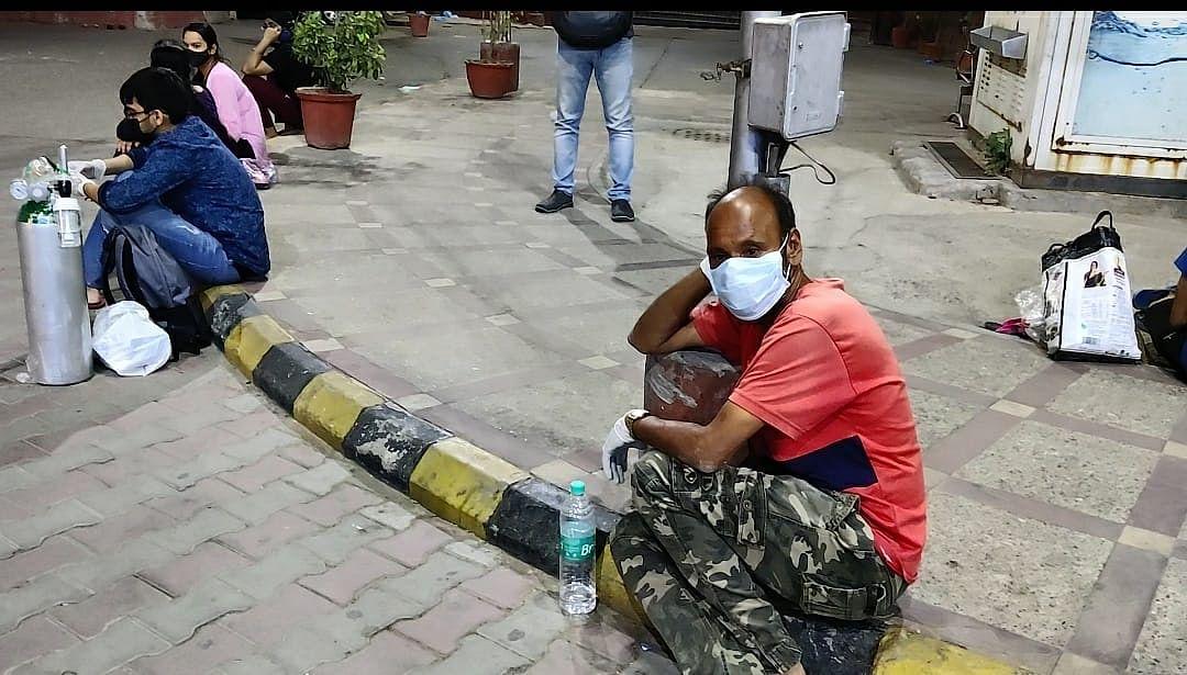Relatives sitting outside at LNJP   Shubhangi Misra   ThePrint