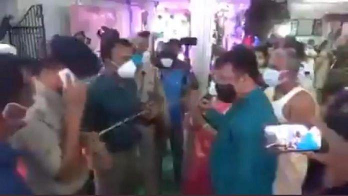 Le magistrat du district ouest de Tripura Shailesh Kumar Yadav (troisième en partant de la gauche) arrête le mariage à Agartala | Capture d'écran