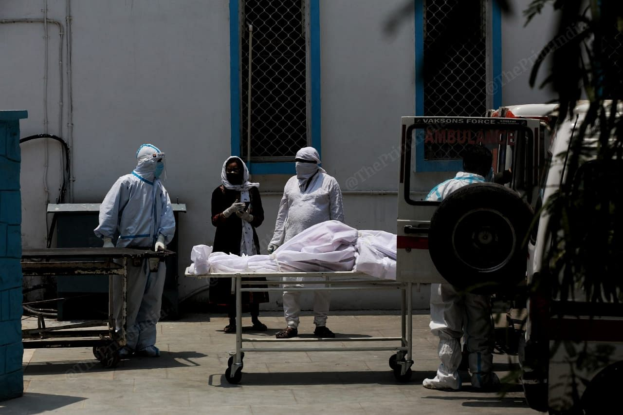 Bodies of the covid patient are put in the ambulance | Manisha Mondal | ThePrint