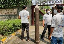 Indian Youth Congress workers supplying oxygen to the New Zealand High Commission in New Delhi. | Photo: Twitter/@srinivasiyc