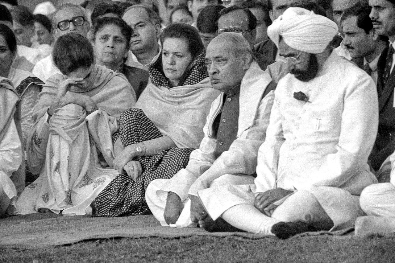 Prime Minister P. V. Narasimha Rao with Sonia Gandhi, Priyanka Gandhi & President Giani Zail Singh at Rajiv Gandhi Samadhi   Photo: Praveen Jain