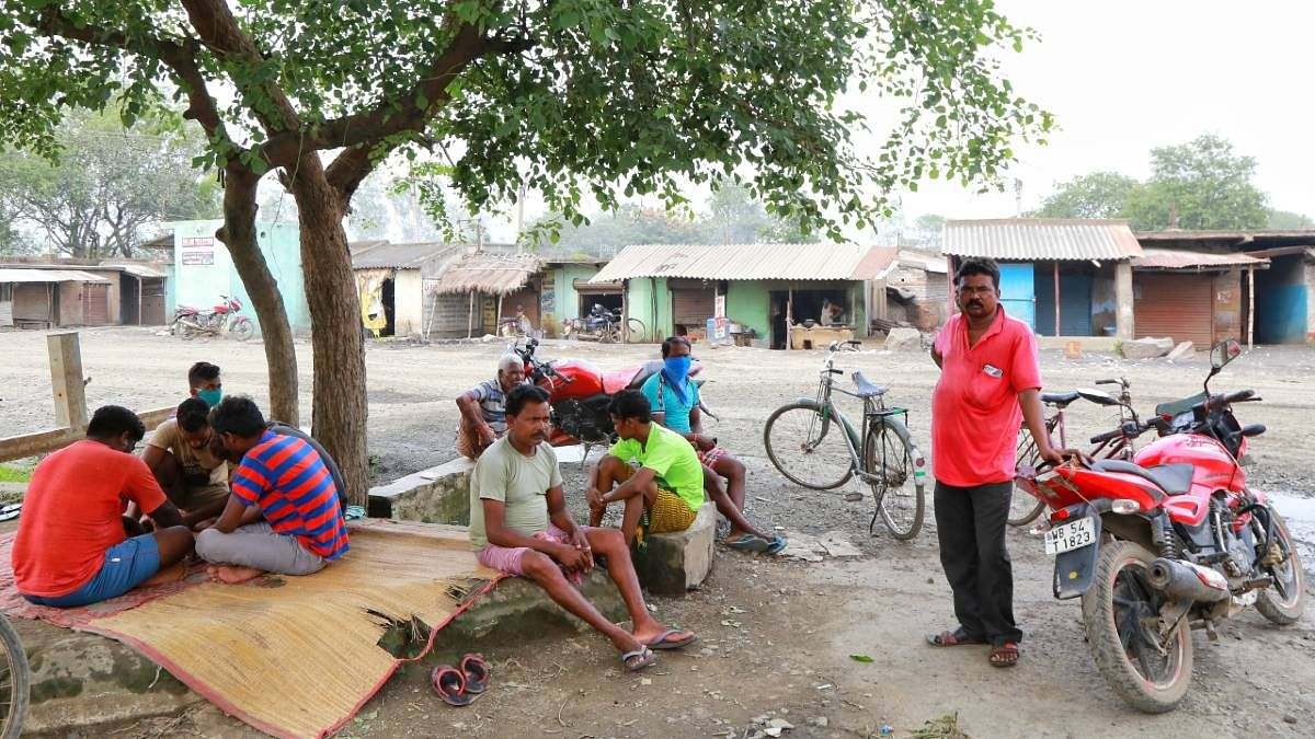 Out-of-work labourers while away the time | Manish Mondal | ThePrint