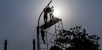 Workers install a street light in Lucknow, UP | Representational image | Photographer: Anindito Mukherjee/Bloomberg