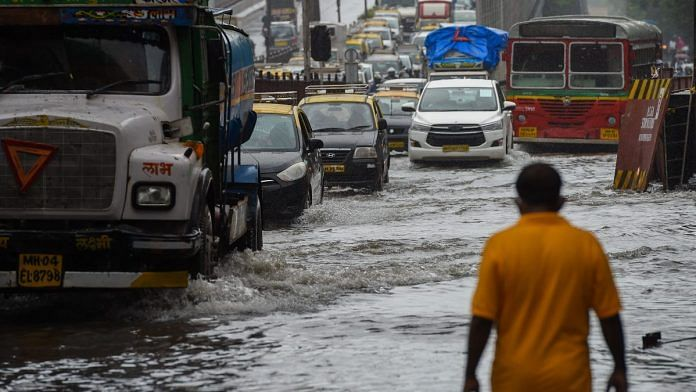 Vehicles drive through a waterlogged road after a heavy monsoon rainfall in Mumbai on 16 July, 2021 | Photographer: Punit Paranjpe/AFP/Getty Images via Bloomberg