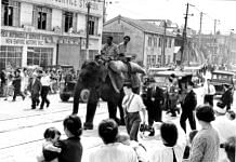 Indira being escorted from the quayside to the warehouse before she was taken to the Tokyo Zoo. | Photo Credit: Public.Resource.Org/Flickr